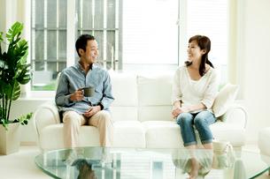 ソファに座るカップルの写真素材 [FYI02049325]