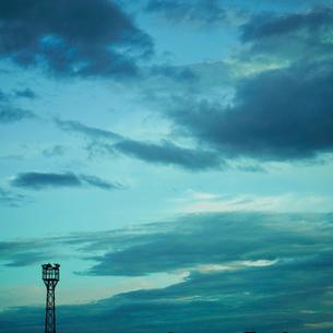 夕暮れの空と鉄塔のスピーカーの写真素材 [FYI02049340]