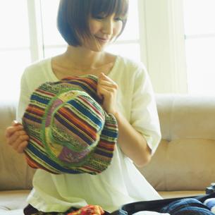 帽子を持つ女性の写真素材 [FYI02049401]