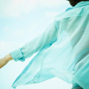 腕を広げる女性と青空の写真素材 [FYI02049406]