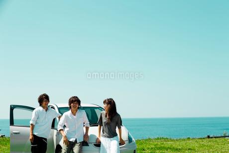 海辺に停めた車と若者たちの写真素材 [FYI02049467]