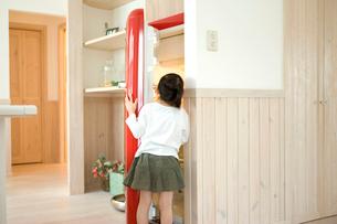 冷蔵庫を開ける女の子の写真素材 [FYI02049594]