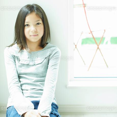 壁に寄りかかる女の子の写真素材 [FYI02049607]