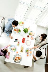 食事をするファミリーの写真素材 [FYI02049609]