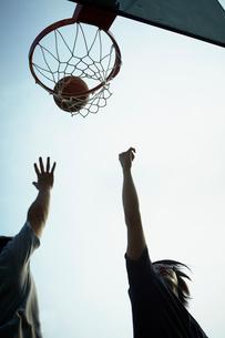 バスケットボールをする男性2人の写真素材 [FYI02049610]