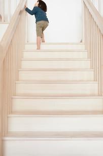 階段を上がる男の子の写真素材 [FYI02049632]