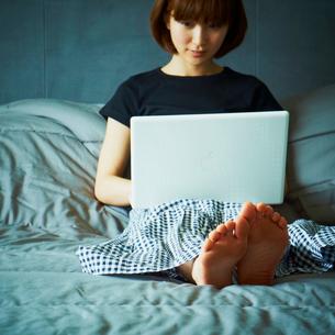 ノートパソコンを操作する女性の写真素材 [FYI02049636]