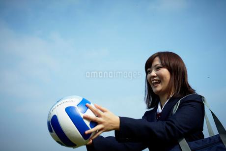 バレーボールを持つ女子学生の写真素材 [FYI02049670]