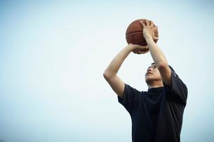 バスケットボールをする男性の写真素材 [FYI02049680]