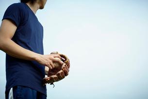 野球グローブとボールを持つ男性の写真素材 [FYI02049701]
