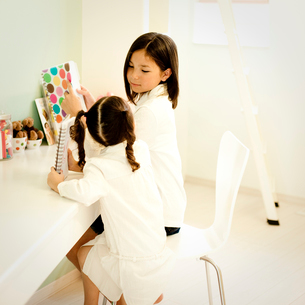 勉強をする2人の女の子の写真素材 [FYI02049708]