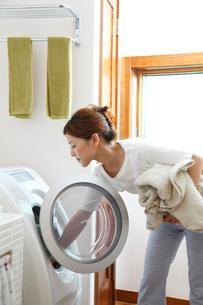 洗濯をする女性の写真素材 [FYI02049717]