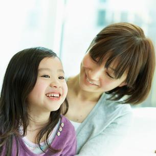 女の子を抱く母親の写真素材 [FYI02049725]
