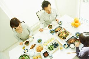 食事をするファミリーの写真素材 [FYI02049741]