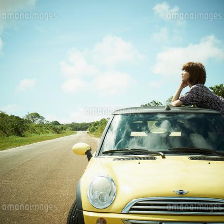 車と女性の写真素材 [FYI02049745]