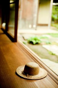 縁側に置いた麦わら帽子の写真素材 [FYI02049750]