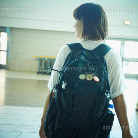 リュックを背負った女性の写真素材 [FYI02049823]