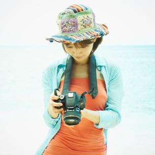 カメラを持つ女性の写真素材 [FYI02049873]