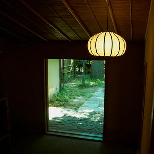 和室の照明と玄関の写真素材 [FYI02049900]