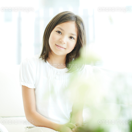 微笑む女の子の写真素材 [FYI02049913]