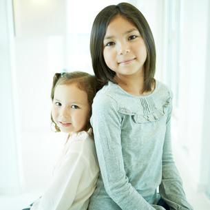 背中合わせに寄り添う2人の女の子の写真素材 [FYI02049916]