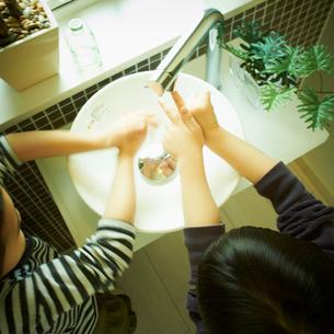 手を洗う2人の子供の写真素材 [FYI02049926]