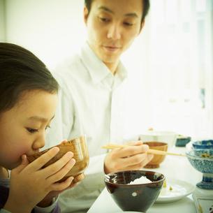 食事をする女の子と父親の写真素材 [FYI02049933]