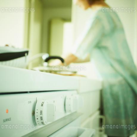 料理をする女性の写真素材 [FYI02049934]