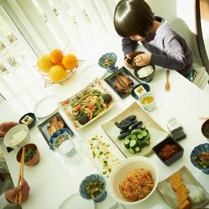 食事をする男の子の写真素材 [FYI02049940]