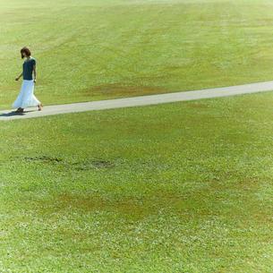 小道を歩く女性の写真素材 [FYI02049962]