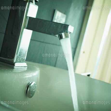 バスルームの蛇口から出るお湯の写真素材 [FYI02049963]
