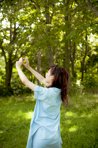カメラをかまえる若い女性の写真素材 [FYI02049981]