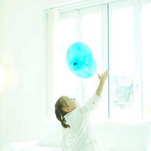 風船で遊ぶ女の子の写真素材 [FYI02050036]