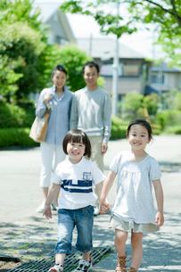住宅街を散歩するファミリーの写真素材 [FYI02050067]