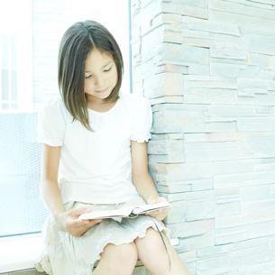 本を読む女の子の写真素材 [FYI02050102]