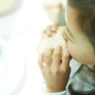 食事をする女の子の写真素材 [FYI02050126]