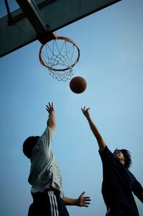 バスケットボールをする男性2人の写真素材 [FYI02050152]