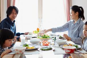 朝食を食べるファミリーの写真素材 [FYI02050167]