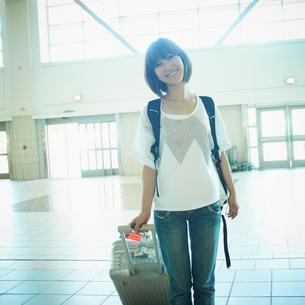 スーツケースを持った女性の写真素材 [FYI02050186]