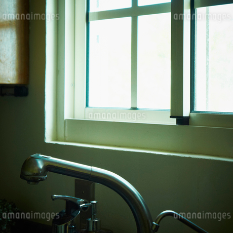 キッチンの窓と蛇口の写真素材 [FYI02050233]
