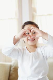 手でハートを形作る女の子の写真素材 [FYI02050280]