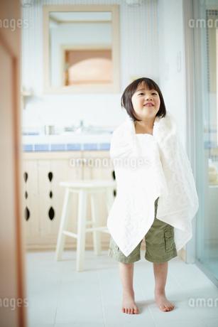 タオルを羽織る男の子の写真素材 [FYI02050310]