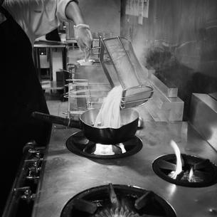厨房で調理をする店員の写真素材 [FYI02050322]