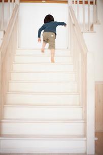 階段を上がる男の子の写真素材 [FYI02050363]