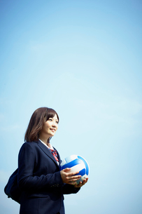 バレーボールを持つ女子学生の写真素材 [FYI02050364]
