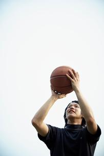 バスケットボールをする男性の写真素材 [FYI02050367]