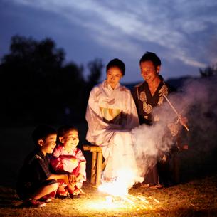 花火をする浴衣のファミリーの写真素材 [FYI02050378]