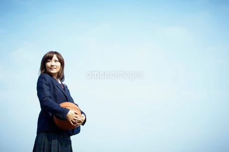バスケットボールを持つ女子学生の写真素材 [FYI02050383]