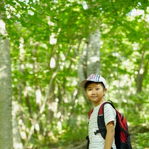 リュックサックを背負った男の子の写真素材 [FYI02050399]
