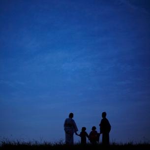 夜空と浴衣のファミリーのシルエットの写真素材 [FYI02050405]